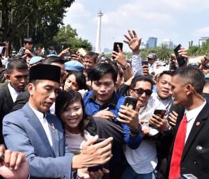 Presiden Jokowi berfoto bersama masyakat di Monas, Jakarta, Rabu (5/6). (Foto: BPMI)